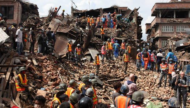 Rescate de cuerpos en el distrito de Bhaktapur en Katmandú (Nepal).