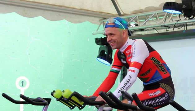 El ciclista Tito Espada, durante la realización del reto de 48 horas.