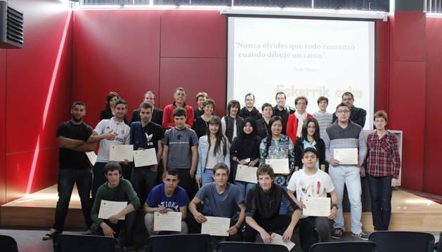 Alumnos, representantes de las empresas participantes y del centro, en el acto de entrega de diplomas.