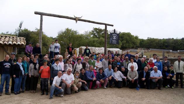 El grupo de aficionados estelleses en la fina La Tejería, con el ganadero Miguel Reta y el novillero Francisco Expósito en el centro.