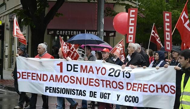 Miles de personas, convocadas por UGT y CCOO de Navarra, se han  manifestado en Pamplona este viernes, Día Internacional del Trabajo,  para reivindicar un cambio