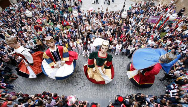 Los gigantes de Tudela bailan frente al ayuntamiento en el estreno de sus nuevos trajes.