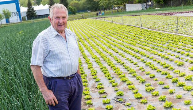 Juan Mª Zabalza Larraya, en la huerta con verduras de temporada.