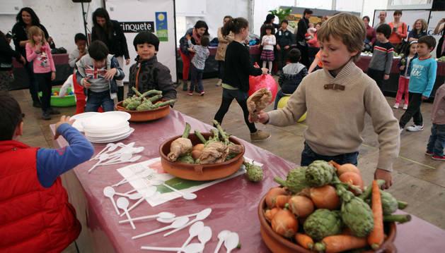 Los niños disfrutan en las jornadas de la verdura de Tudela.