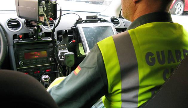 Un agente de la Guardia Civil controla un radar móvil.
