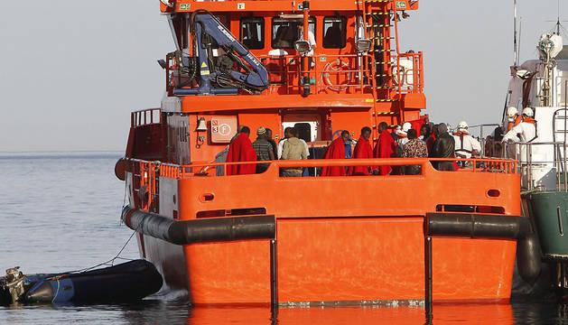 Llegada al puerto de Almería de los 25 ocupantes de la patera.
