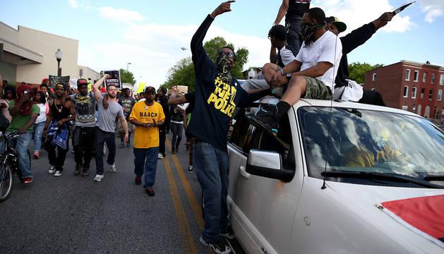 Varios manifestantes en las calles de Baltimore.