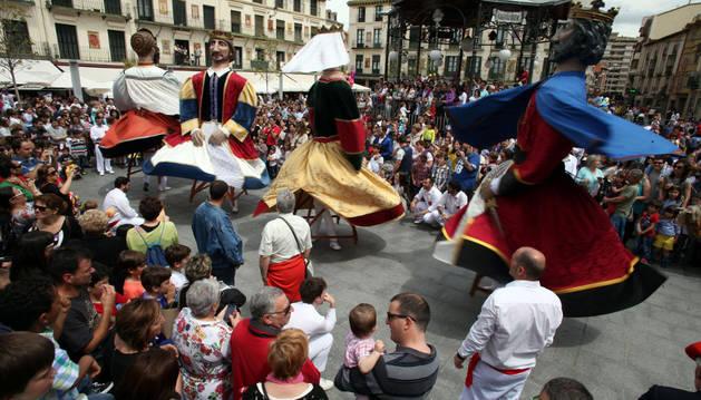Los gigantes de Tudela, junto con el Grupo Municipal de Danzas.