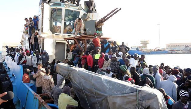 Un guardacostas libio transporta a inmigrantes en Misrata.