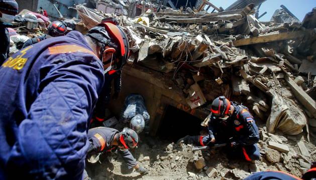 Equipos de rescate trabajando en Nepal.