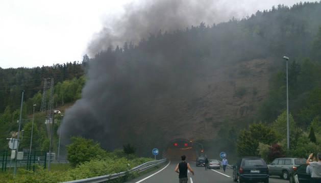 Imagen del humo producido por el vehículo incendiado.