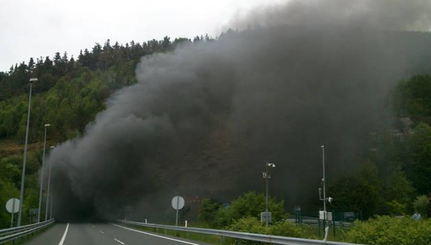 Imagen del humo producido por el incendio.