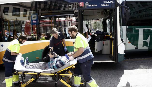 Efectivos de los servicios de Emergencias atienden a uno de los heridos.
