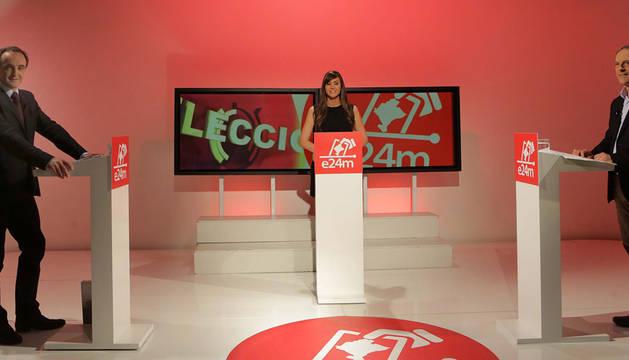 Javier Esparza (UPN) y Adolfo Araiz (EH Bildu), minutos antes del inicio del debate, moderado por Oihane Garzaron.