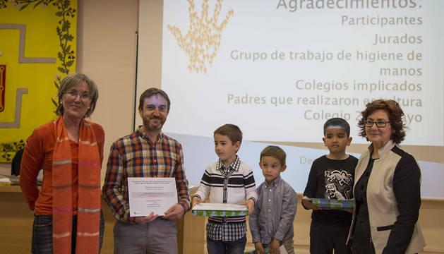 La directora general de Salud y los ganadores en la entrega de premios.