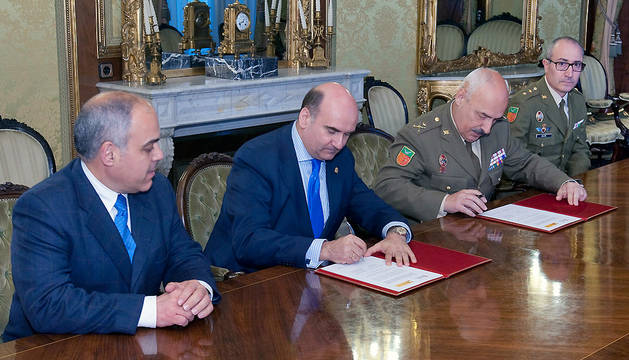 El consejero Morrás y el general jefe González firman el convenio en presencia de Ezpeleta y Calvo.