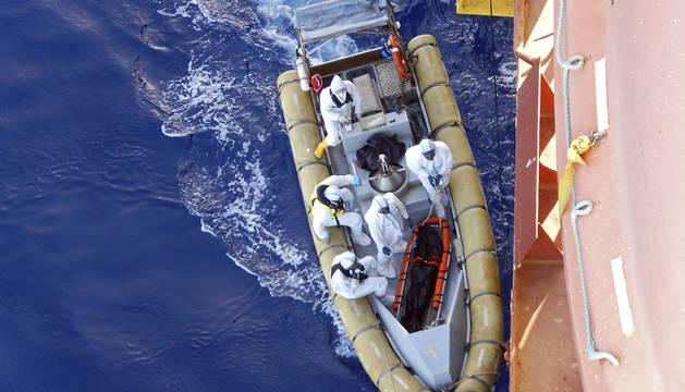 Varios inmigrantes rescatados durante una operación en el mar Mediterráneo.