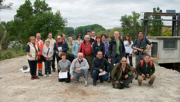 El grupo que participó en la salida posó junto a la presa.
