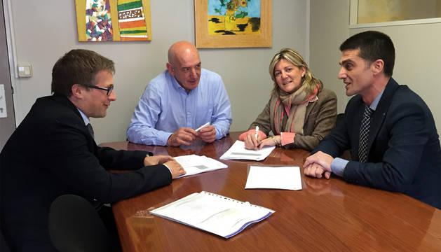 De izda. a dcha.: Fernández, Herrera, Botín y Oto durante la firma del nuevo concierto.