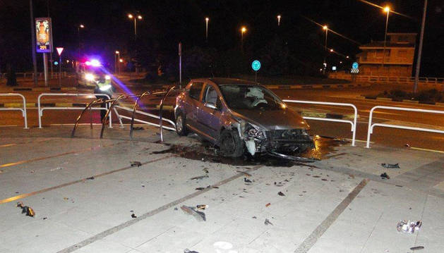 El coche sufrió el accidente de madrugada, en la rotonda de la avenida Navarra a la altura de Arcadio María Larraona, en Pamplona.