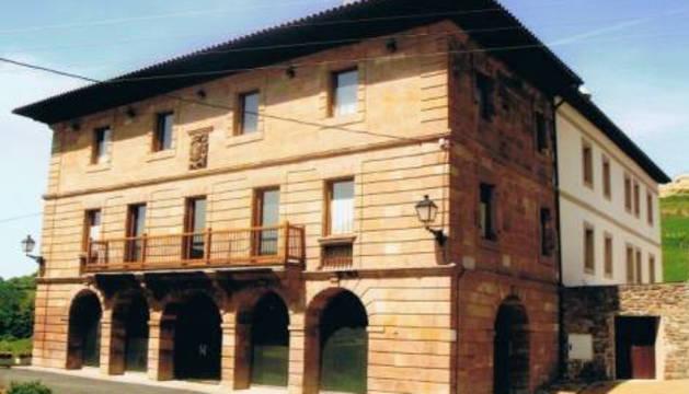 Fachada del edificio puesto a la venta en Amaiur.