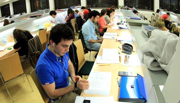Estudiantes en la biblioteca de Ciencias de la UN.