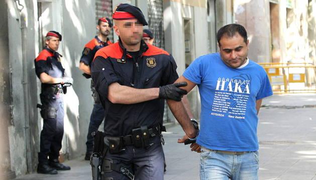 Uno de los detenidos en el Raval de Barcelona.