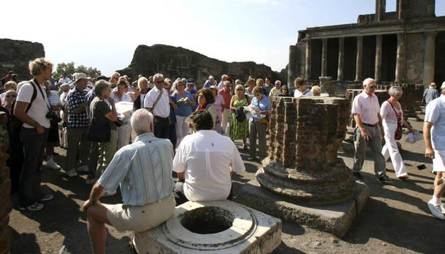 Un grupo de turistas en las ruinas de Pompeya.