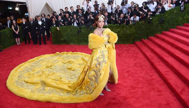 Rihanna, con su espectacular vestido.