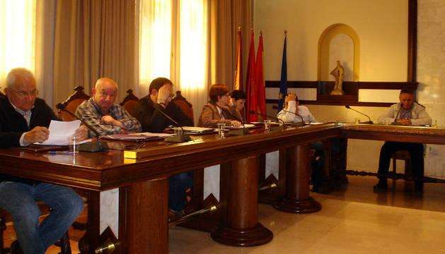 Varios ediles, durante la sesión de pleno de Cintruénigo.