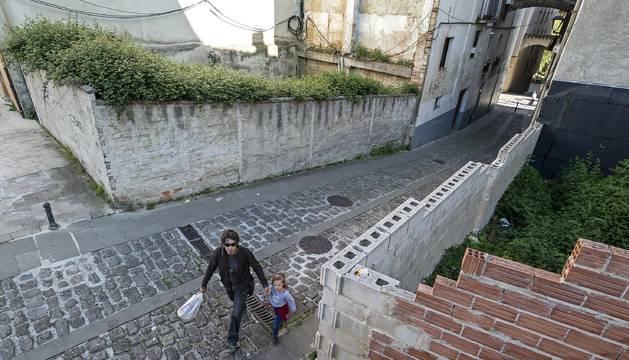 Solares con maleza en una de las callejas del barrio de San Miguel, otro de los temas que preocupa.