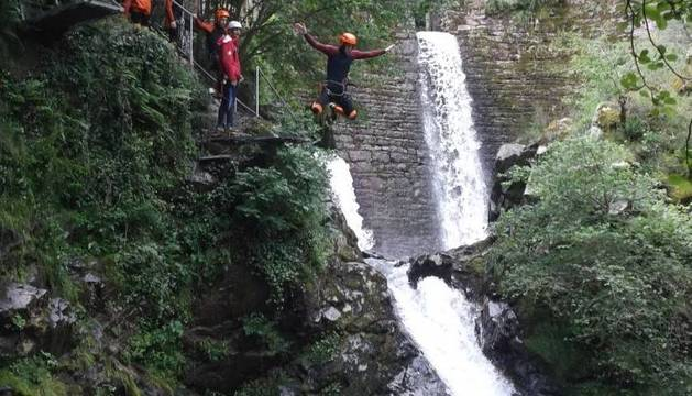 Un joven se abalanza sobre las aguas del parque de Elizondo.