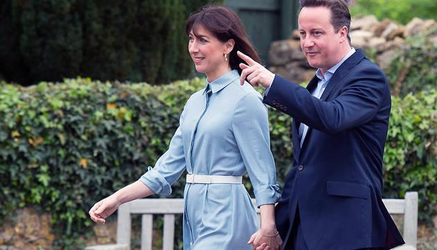 Cameron y su mujer Samantha, a su llegada al colegio electoral de Spelsbury, en Oxfordshire.
