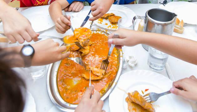 Un plato compartido en un comedor escolar.