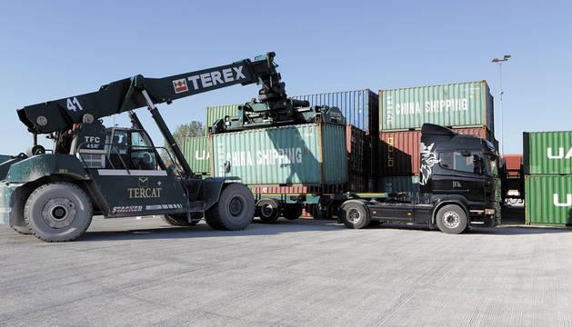 Un camión espera recibir un contenedor de carga en la estación ferroviaria de mercancías de Noáin.