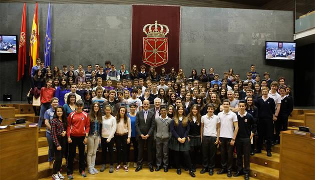 Los 60 escolares, junto a Catalán, Patricia Cueva y Koldo Amezketa.