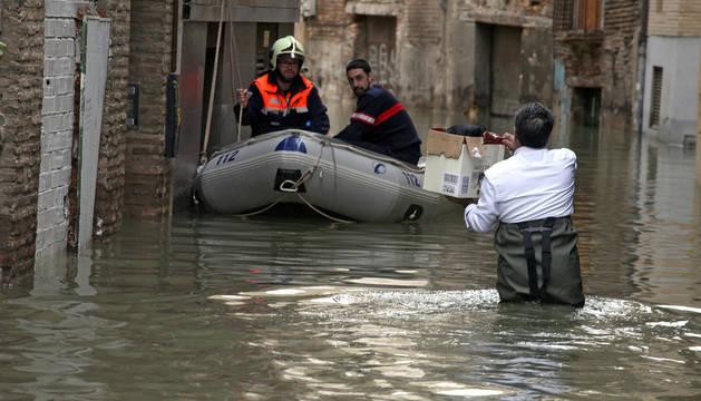 La lancha de Protección Civil ayuda a los vecinos de la calle Verjas de Tudela en febrero.