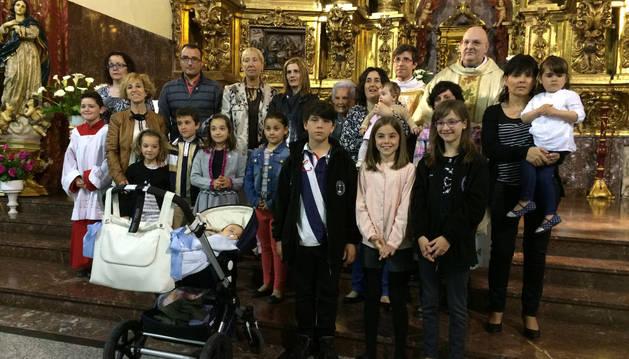 Los nuevos cofrades en el altar de la parroquia después de recibir las insignias de la Vera Cruz.