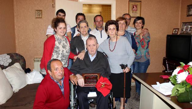 Amador Moreno Martínez rodeado de sus familiares.