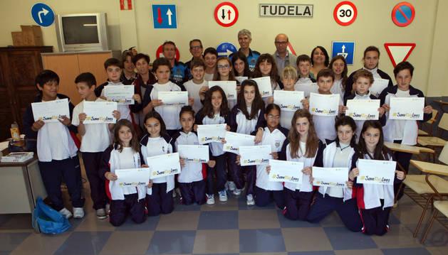 Los alumnos de 6º del colegio Compañía de María, junto a sus peticiones a los conductores y a las autoridades asistentes al acto.