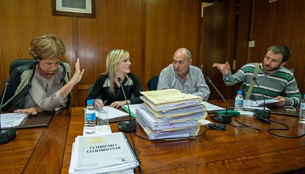 Discusión en el pleno entre la alcaldesa, Begoña Ganuza, el edil abertzale Koldo Leoz.