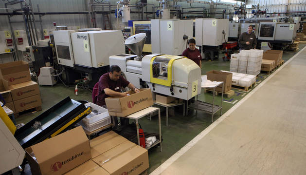 Varios empleados trabajaban ayer en las instalaciones de Tasubinsa en Tudela.