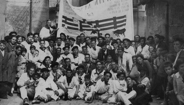 Foto de los años 30 de la peña La Veleta de Pamplona.
