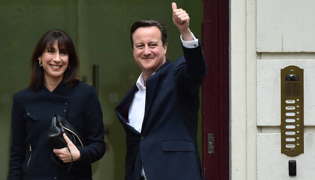 David Cameron llega a la sede de los conservadores en Londres junto a su mujer.