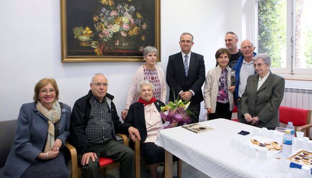 Victorina Abaigar rodeada de sus familiares en la visita del alcalde de Pamplona.