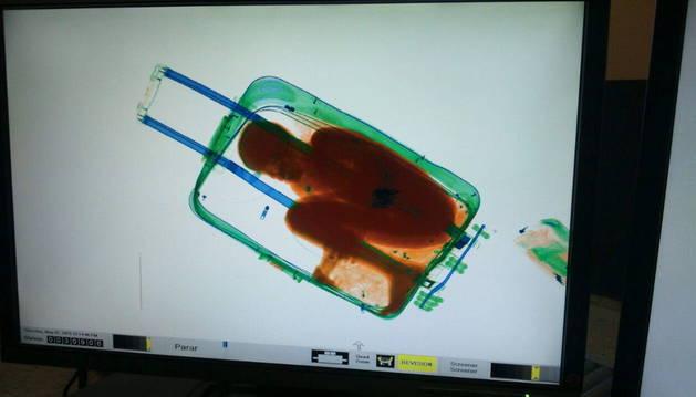 El menor iba a ser introducido en España en el interior de una maleta de viaje y fue detectado por el escáner.