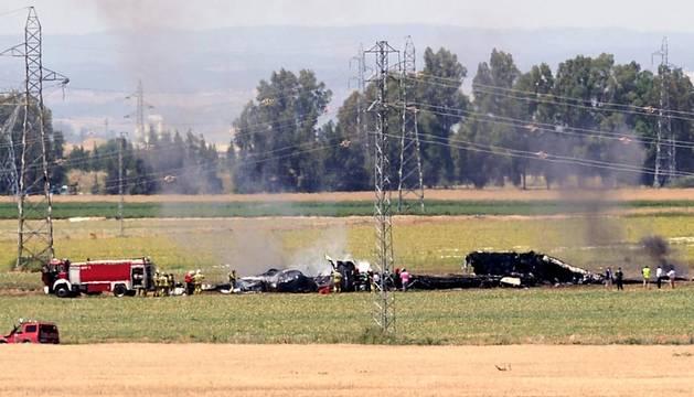 Imagen durante las labores de rescate del avión siniestrado en el aeropuerto de San Pablo de Sevilla.