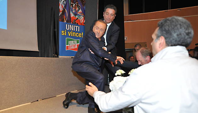 Silvio Berlusconi sufrió una aparatosa caída.
