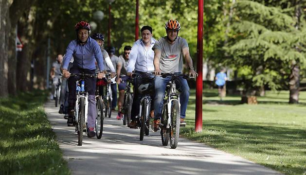 El candidato regionalista, durante el paseo en bicicleta este sábado.