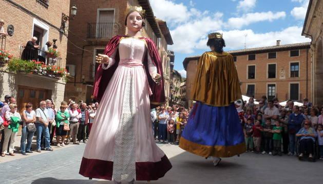 Los dos gigantes de Los Arcos bailaron a la salida de misa ante un público entusiasmado.